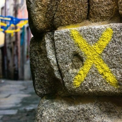 Waymark,,Yellow,X,,With,Alley,In,Background